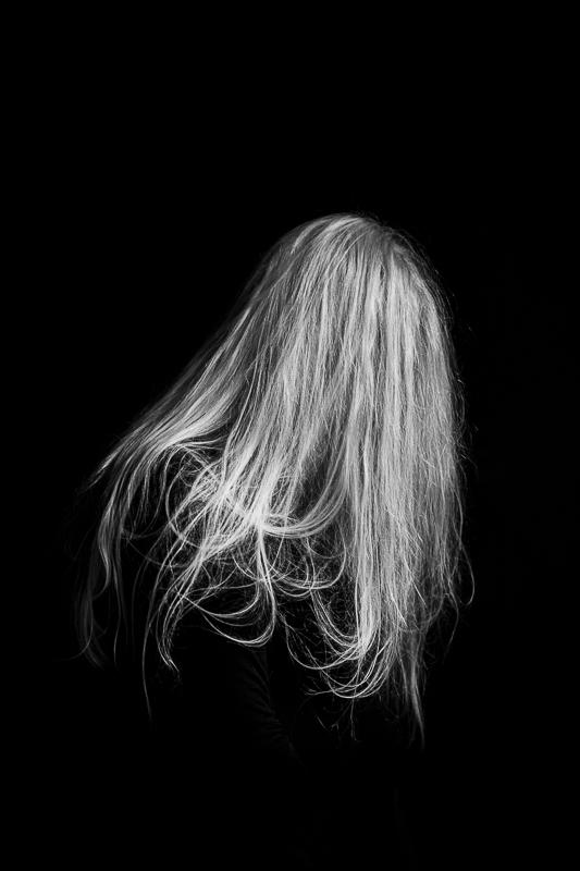Kvinna med långt hår som lutar sig framåt